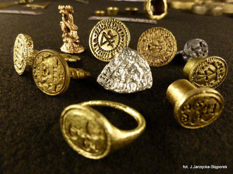 Pieczęcie i sygnet z wykopalisk na Targu Siennym