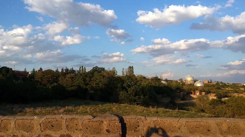 Widok na obserwatorium z drogi dojazdowej do wioski Biurakan