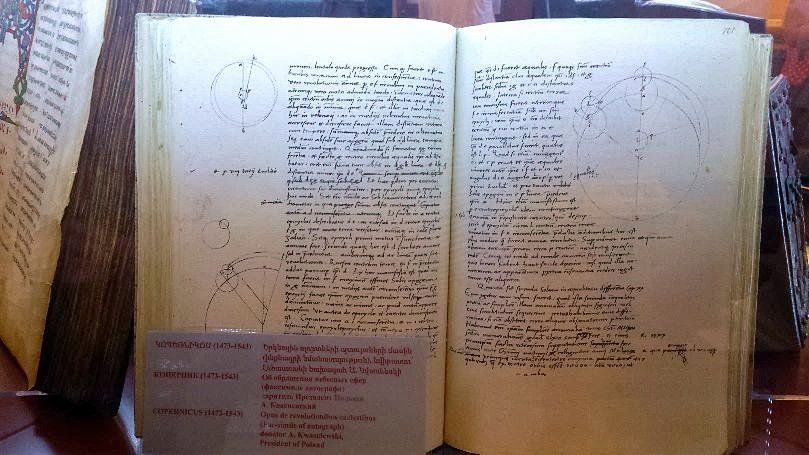Dzieło Mikołaja Kopernika w gablocie muzeum Matenadaran