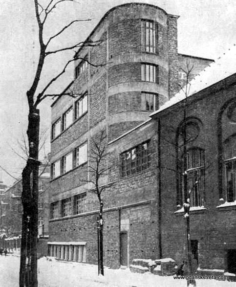 W 1930 r. zdołano rozbudować jedno ze skrzydeł (wzdłuż Trojangasse)