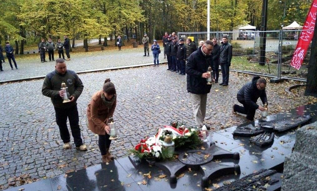składanie zniczy na cmentarzyku przez Stowarzyszenie Wizna