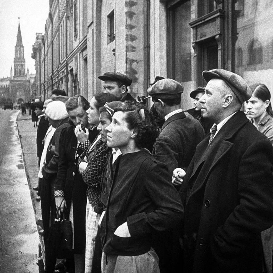 Moskwa, 22 czerwca 1941 r. - mieszkańcy słuchają komunikatu o wybuchu wojny