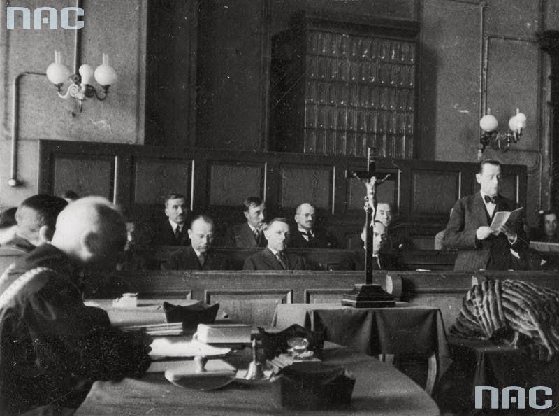 Ława przysięgłych z przewodniczącym Krowickim, odczytującym wyrok 8 lat więzienia dla Gorgonowej.