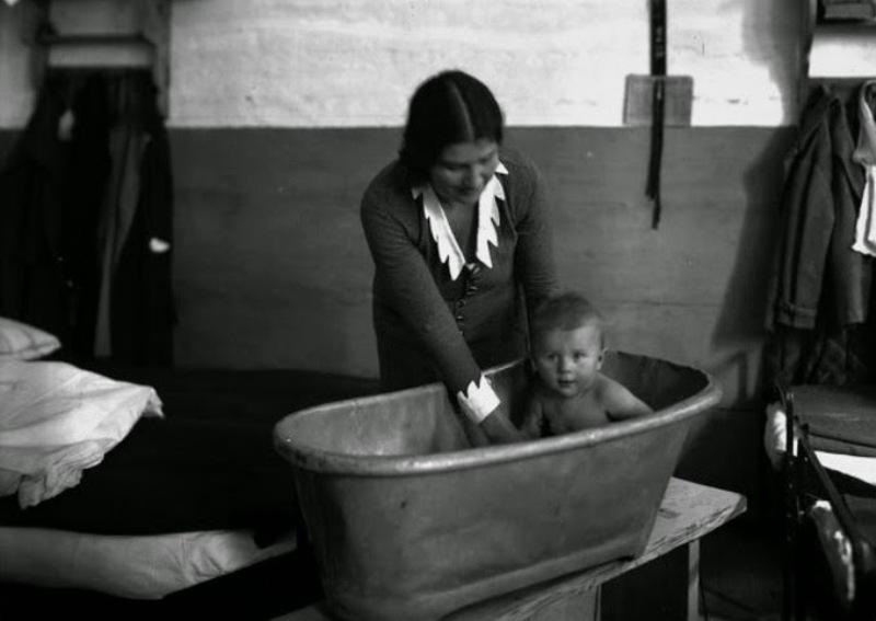 """Rita ze swoją córką Ewą (""""Kropelką"""") w więziennej celi."""