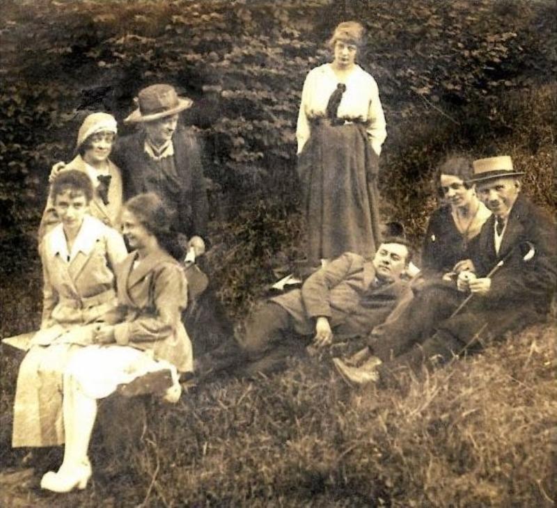 Rita Gorgonowa (stoi po środku), domniemana zabójczyni Lusi Zarembianki (siedzi obok matki na dole po lewej).