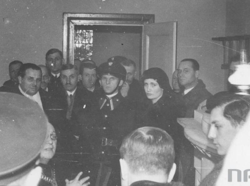 Oskarżona wchodząca na sale rozpraw. Pierwszy po prawej - Staś Zaremba.