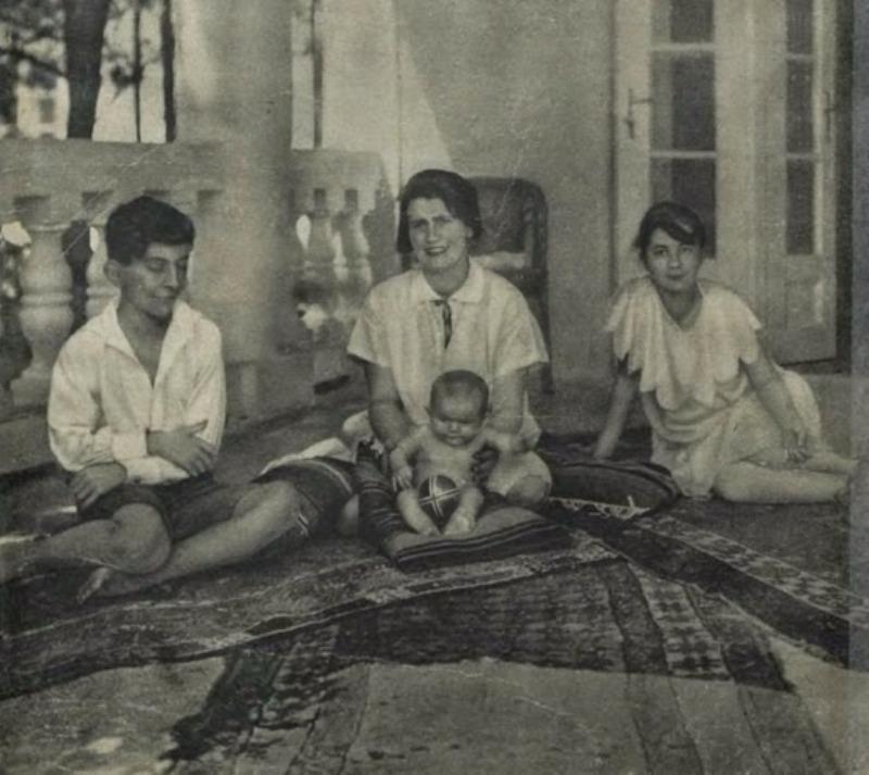 Rodzina Zarembów na tarasie domu. Od lewej: Staś Zaremba, Rita Gorgonowa z córką Romą i Lusia Zarembianka.